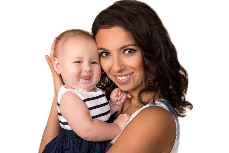 Ευτυχής μητέρα το κοριτσάκι που απομονώνεται με στοκ φωτογραφία