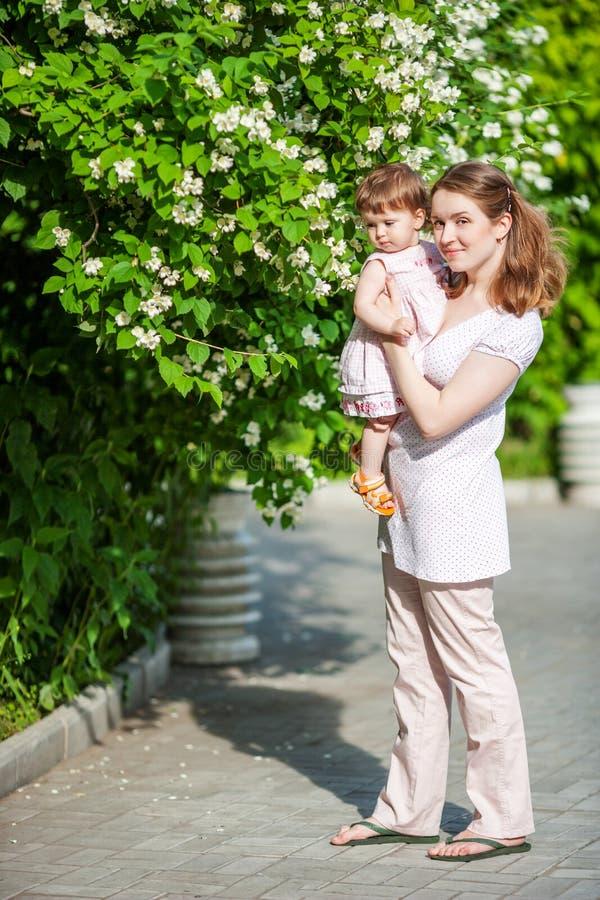 Ευτυχής μητέρα υπαίθρια στοκ εικόνες με δικαίωμα ελεύθερης χρήσης