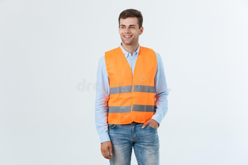 Ευτυχής μηχανικός που χαμογελούν και που στέκονται με βεβαιότητα, τύπος που φορά το πουκάμισο caro και τα τζιν με την πορτοκαλιά  στοκ φωτογραφία με δικαίωμα ελεύθερης χρήσης