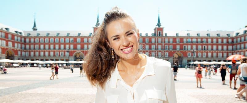 Ευτυχής μοντέρνη ταξιδιωτική γυναίκα στο δήμαρχο Plaza στη Μαδρίτη, Ισπανία στοκ εικόνες