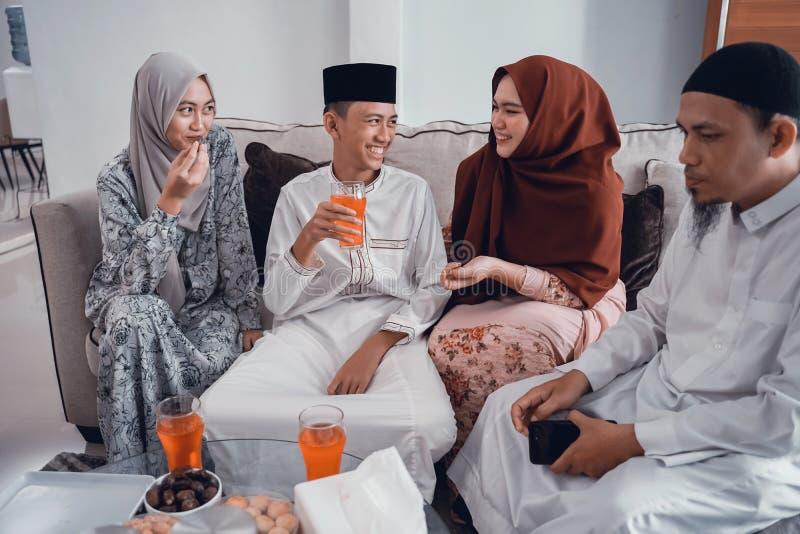 Ευτυχής μουσουλμανική οικογένεια που έχει ένα ποτήρι του ποτού για τη νηστεία σπασιμάτων στοκ φωτογραφία