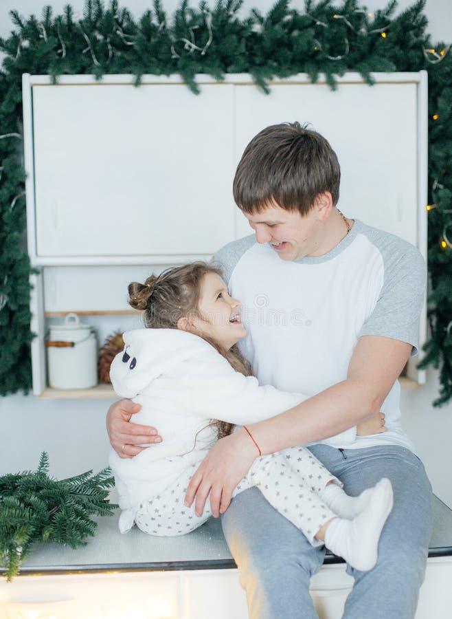 Ευτυχής μπαμπάς με την κόρη του στοκ εικόνα με δικαίωμα ελεύθερης χρήσης