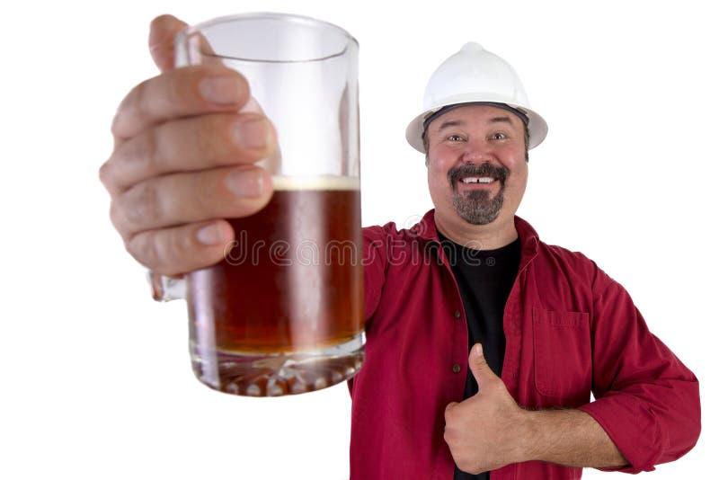 Ευτυχής μπύρα που πίνει το σκληρό εργαζόμενο καπέλων στοκ φωτογραφία με δικαίωμα ελεύθερης χρήσης