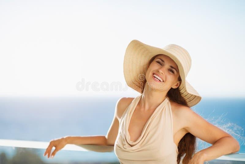 ευτυχής μόνιμη γυναίκα διακοπών μπαλκονιών στοκ φωτογραφίες