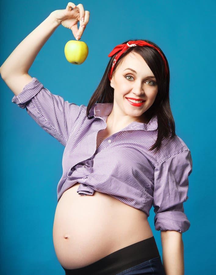 Ευτυχής νέα αστεία έγκυος γυναίκα στην καρφίτσα επάνω στο ύφος στοκ φωτογραφίες