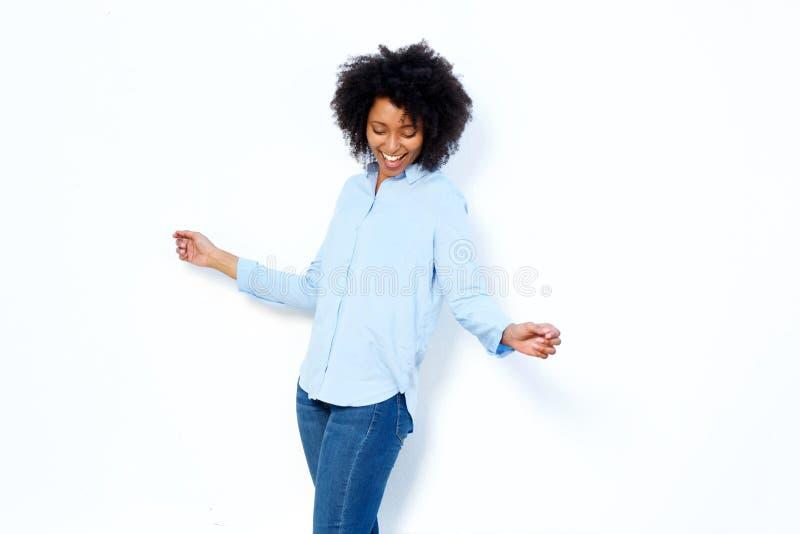 Ευτυχής νέα αφρικανική γυναίκα που χορεύει και που απολαμβάνει στο άσπρο κλίμα στοκ εικόνα με δικαίωμα ελεύθερης χρήσης