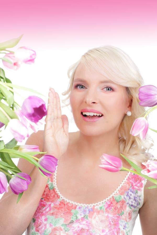 Ευτυχής νέα γυναίκα με τις τουλίπες στοκ φωτογραφία με δικαίωμα ελεύθερης χρήσης