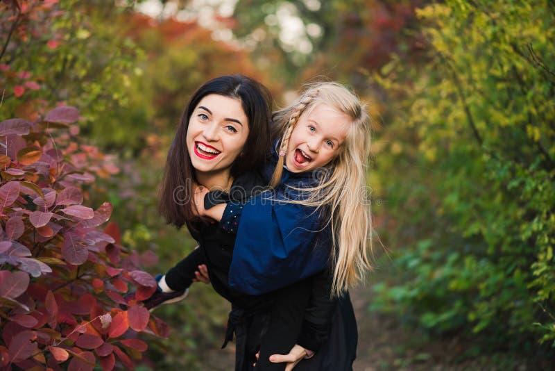 Ευτυχής νέα γυναίκα με το κοριτσάκι preschooler στοκ εικόνα