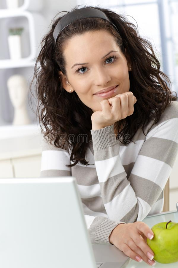 Ευτυχής νέα γυναίκα με το μήλο στοκ εικόνα με δικαίωμα ελεύθερης χρήσης