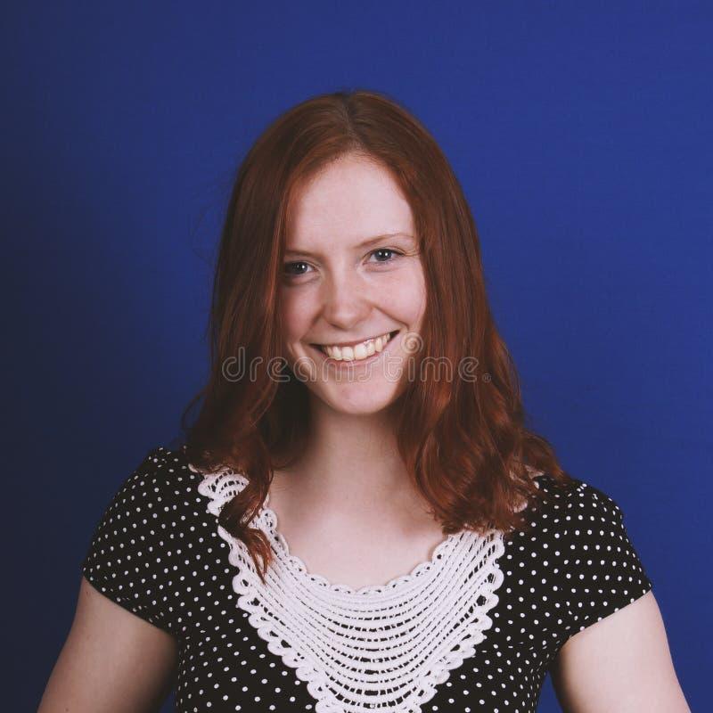 Ευτυχής νέα γυναίκα με το οδοντωτό χαμόγελο στοκ φωτογραφίες με δικαίωμα ελεύθερης χρήσης