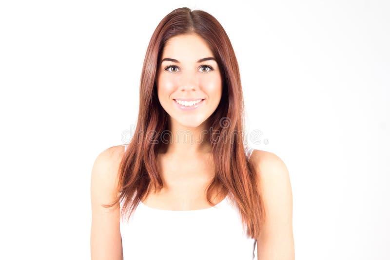 Ευτυχής νέα γυναίκα ομορφιάς με την κόκκινη τρίχα που χαμογελά με τα άσπρα δόντια στοκ φωτογραφίες