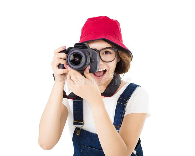 Ευτυχής νέα γυναίκα που παίρνει τη φωτογραφία στη κάμερα στοκ φωτογραφίες