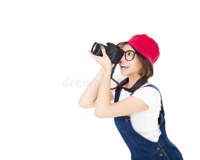 Ευτυχής νέα γυναίκα που παίρνει τη φωτογραφία στη κάμερα στοκ εικόνα με δικαίωμα ελεύθερης χρήσης