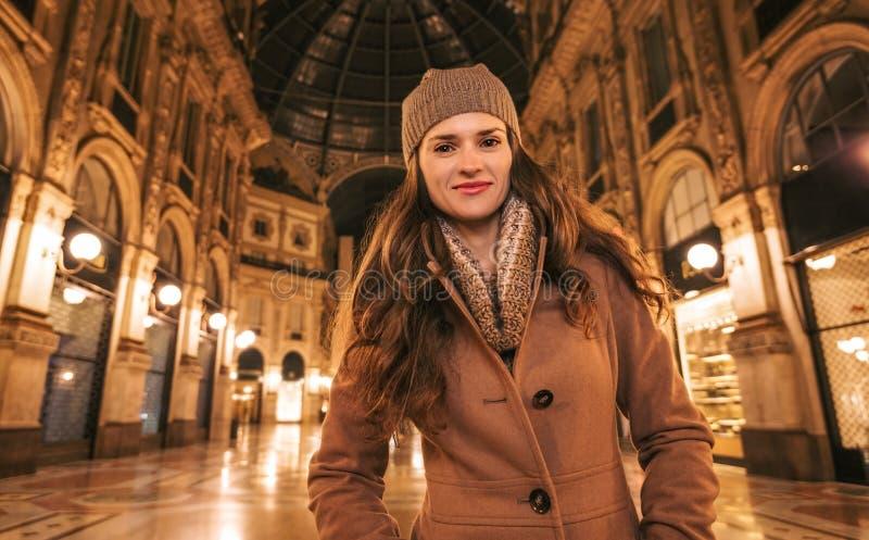 Ευτυχής νέα γυναίκα που στέκεται σε Galleria Vittorio Emanuele ΙΙ στοκ εικόνα με δικαίωμα ελεύθερης χρήσης