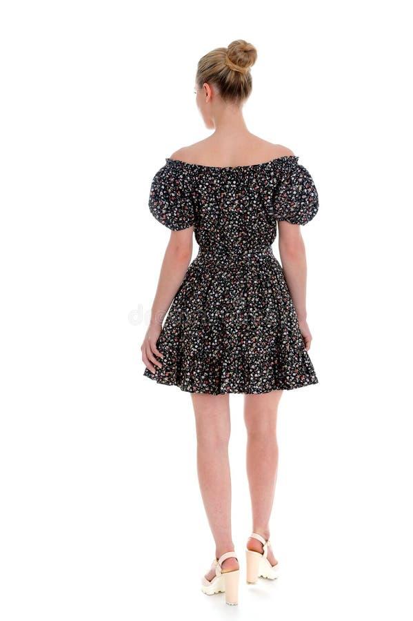 Ευτυχής νέα γυναίκα που φορά ένα μίνι φόρεμα στοκ φωτογραφίες με δικαίωμα ελεύθερης χρήσης