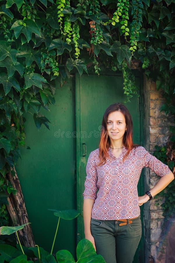 Ευτυχής νέα γυναίκα στην πρασινάδα στοκ φωτογραφία με δικαίωμα ελεύθερης χρήσης