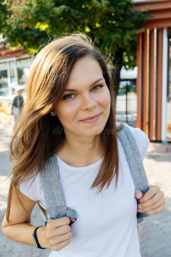 Ευτυχής νέα γυναίκα στην πόλη στην ηλιόλουστη θερινή ημέρα στοκ εικόνες