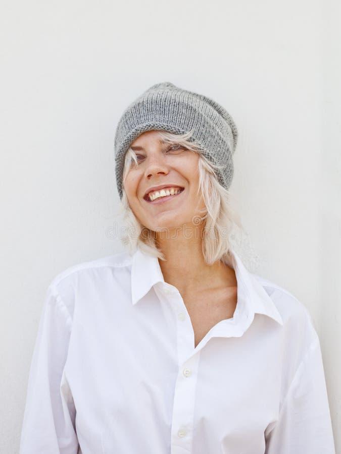 Ευτυχής νέα γυναίκα στο θερμό γκρίζο beanie στοκ φωτογραφία με δικαίωμα ελεύθερης χρήσης