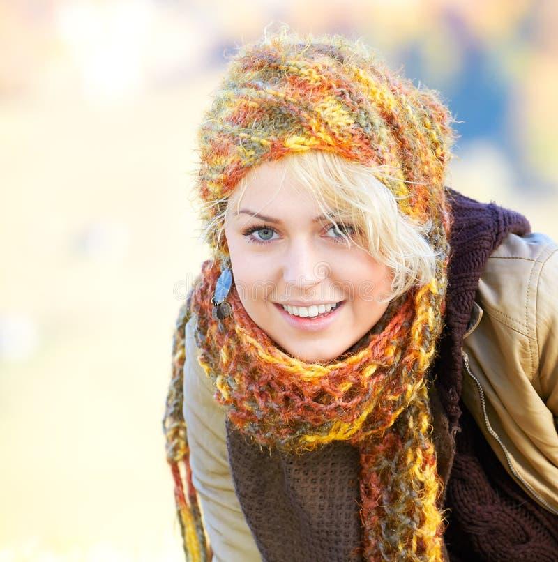 Ευτυχής νέα γυναίκα στοκ φωτογραφίες με δικαίωμα ελεύθερης χρήσης