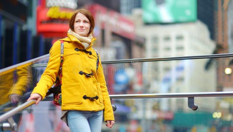 Ευτυχής νέα επίσκεψη τουριστών γυναικών κατά περιόδους τετραγωνική στην πόλη της Νέας Υόρκης Θηλυκός ταξιδιώτης που απολαμβάνει τ στοκ εικόνες με δικαίωμα ελεύθερης χρήσης