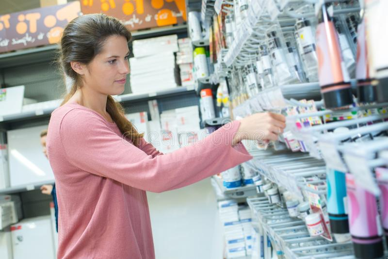 Ευτυχής νέα θηλυκή τοποθέτηση πωλητών στο μετρητή στο κατάστημα τέχνης στοκ εικόνες με δικαίωμα ελεύθερης χρήσης