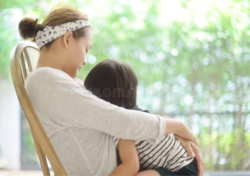 Ευτυχής νέα μητέρα που θηλάζει το γιο της στοκ φωτογραφία με δικαίωμα ελεύθερης χρήσης