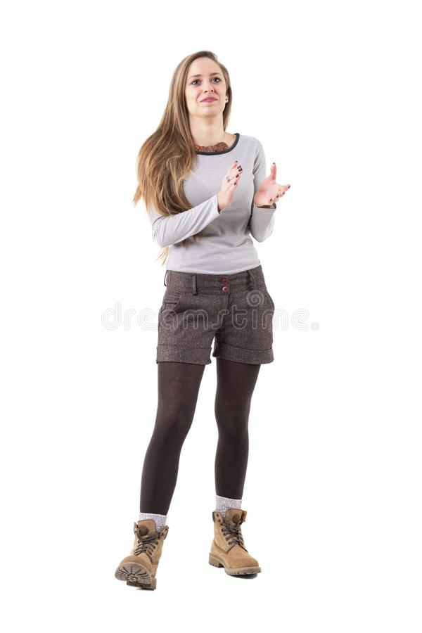 Ευτυχής νέα μοντέρνη γυναίκα hipster ενθαρρυντική και που επιδοκιμάζει στοκ φωτογραφίες
