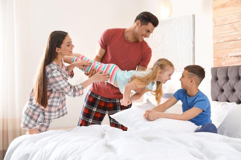 Ευτυχής νέα οικογένεια με τα παιδιά που έχουν τη διασκέδαση στοκ εικόνα με δικαίωμα ελεύθερης χρήσης