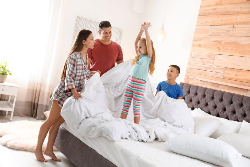 Ευτυχής νέα οικογένεια με τα παιδιά που έχουν τη διασκέδαση στοκ φωτογραφία με δικαίωμα ελεύθερης χρήσης