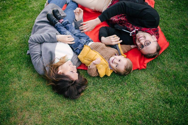 Ευτυχής νέα οικογένεια, μητέρα πατέρων και γιος στο πικ-νίκ υπαίθρια στοκ φωτογραφία