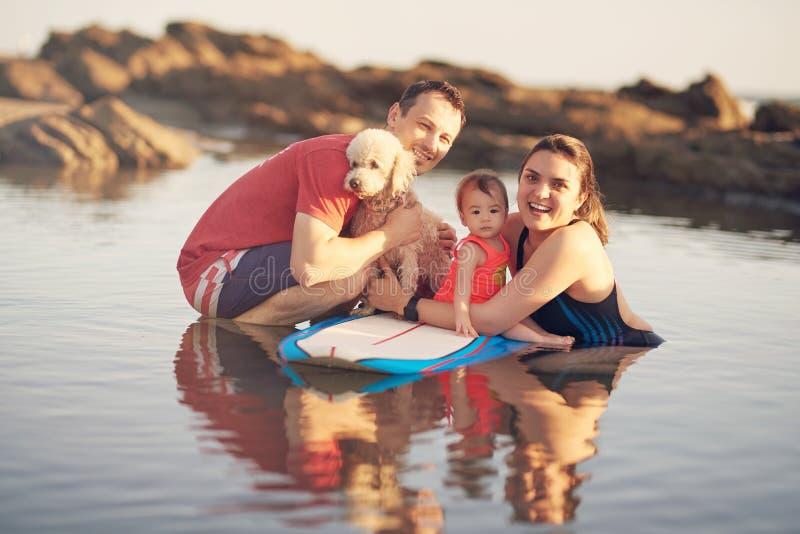 Ευτυχής νέα οικογένεια στην παραλία στοκ φωτογραφίες