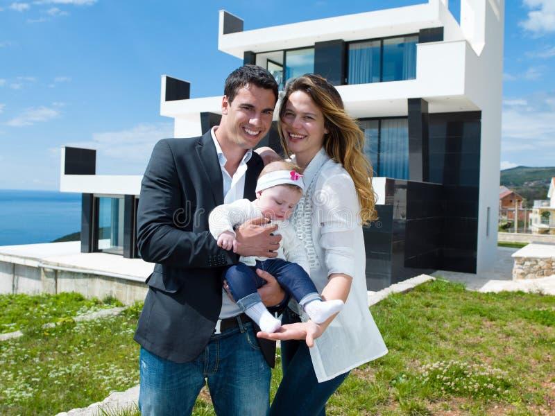 Ευτυχής νέα οικογένεια στο σπίτι στοκ εικόνες με δικαίωμα ελεύθερης χρήσης