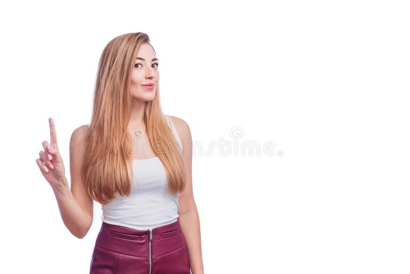 Ευτυχής νέα στάση γυναικών που απομονώνεται πέρα από το άσπρο υπόβαθρο τοίχων Κάμερα που παρουσιάζει copyspace υπόδειξη Ξανθές νε στοκ φωτογραφία