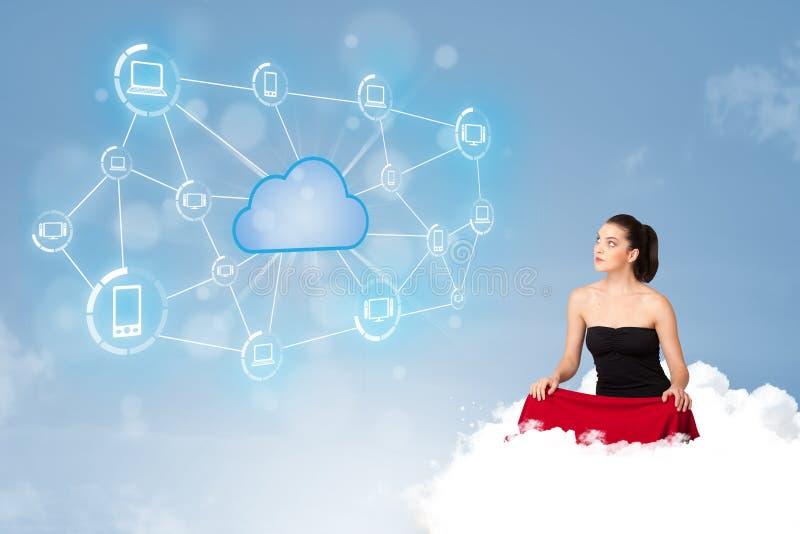 Ευτυχής συνεδρίαση γυναικών στο σύννεφο με τον υπολογισμό σύννεφων στοκ εικόνες
