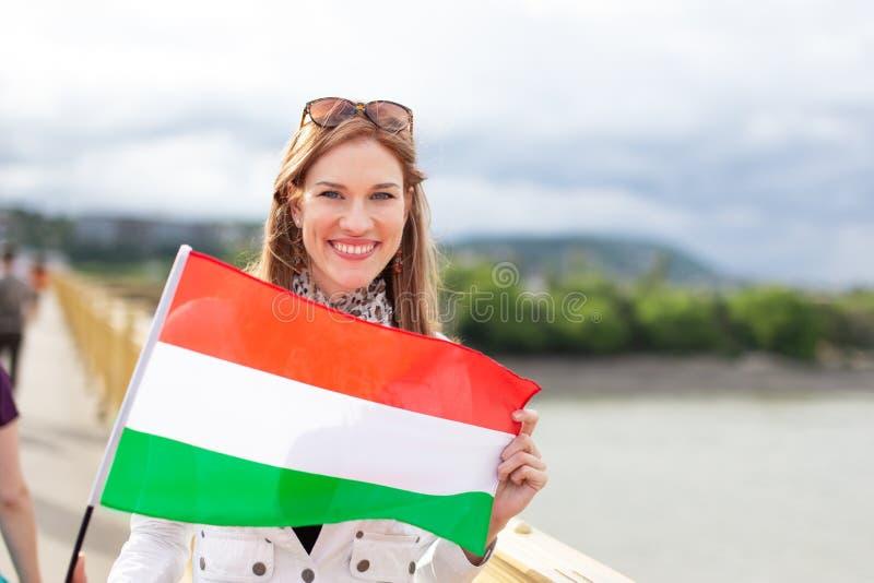 Ευτυχής νέα φυσική σημαία εκμετάλλευσης γυναικών ομορφιάς της Ουγγαρίας υπαίθρια στην πόλη στοκ φωτογραφίες