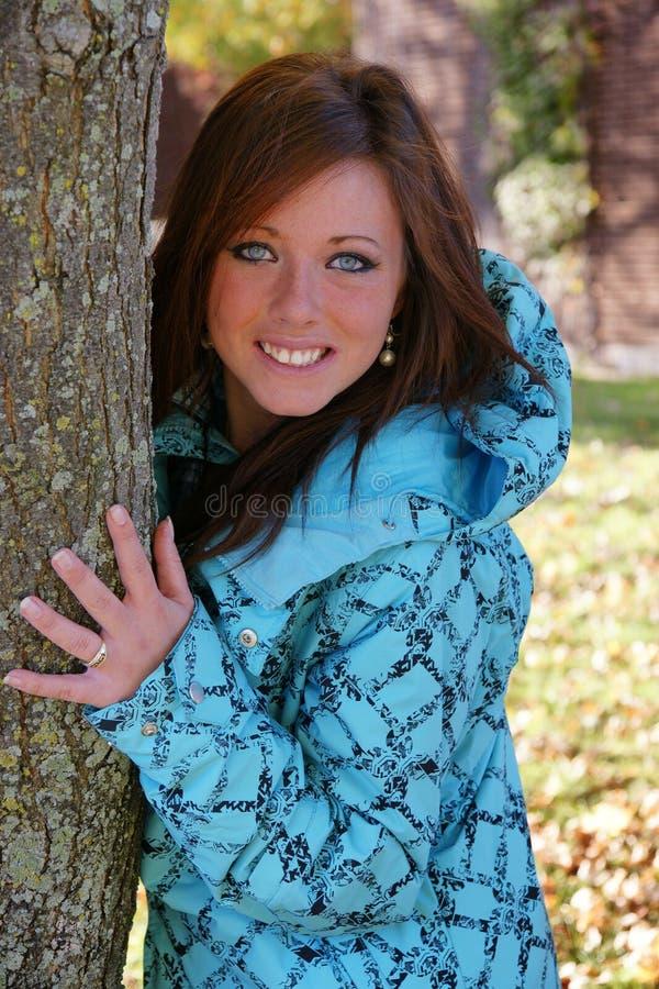 Ευτυχής νέα όμορφη γυναίκα το φθινόπωρο στοκ εικόνες