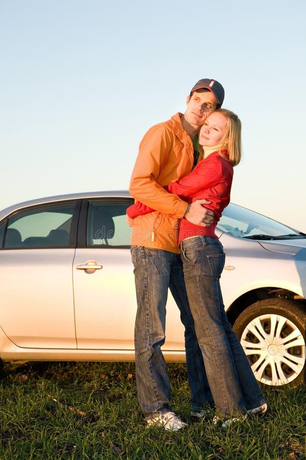 ευτυχής νέος ζευγών αυτοκινήτων οι νεολαίες τους στοκ εικόνα