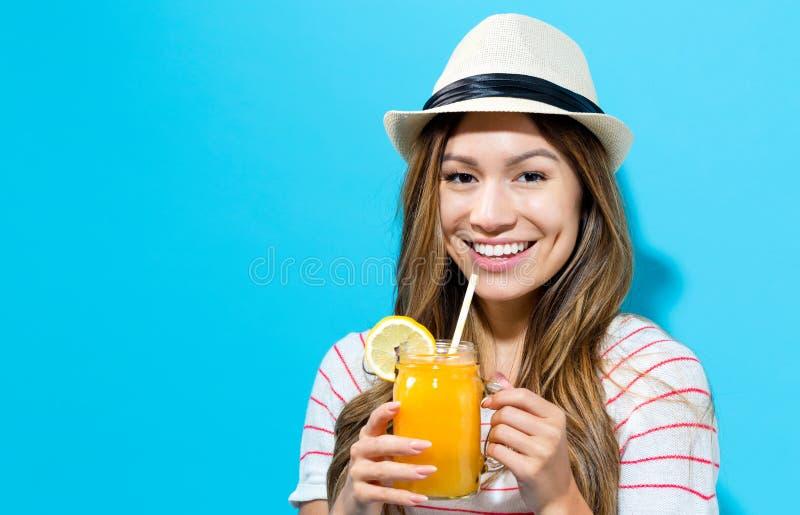 Ευτυχής νέος καταφερτζής κατανάλωσης γυναικών στοκ φωτογραφία με δικαίωμα ελεύθερης χρήσης