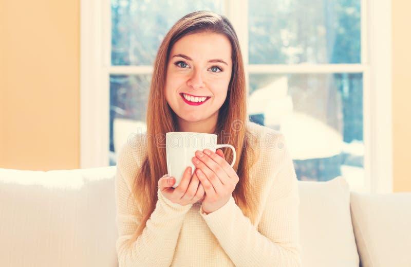 Ευτυχής νέος καφές κατανάλωσης γυναικών στοκ φωτογραφίες