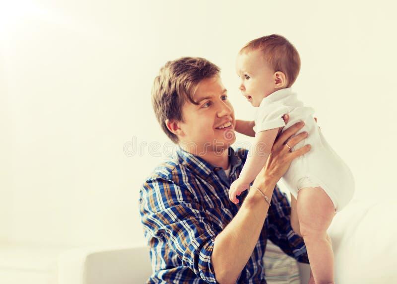 Ευτυχής νέος πατέρας με λίγο μωρό στο σπίτι στοκ φωτογραφία με δικαίωμα ελεύθερης χρήσης