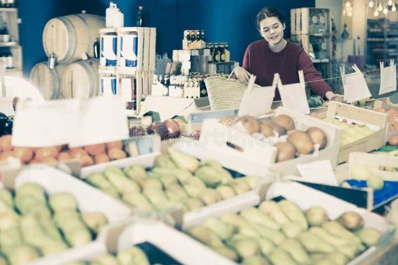 Ευτυχής νέος πελάτης που επιλέγει τα φρούτα στο παντοπωλείο στοκ εικόνες με δικαίωμα ελεύθερης χρήσης