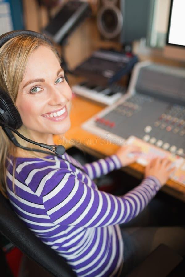 Ευτυχής νέος ραδιο οικοδεσπότης στο στούντιο στοκ εικόνα