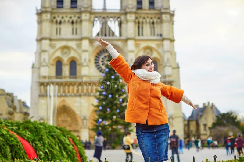 Ευτυχής νέος τουρίστας στο Παρίσι μια χειμερινή ημέρα στοκ φωτογραφία με δικαίωμα ελεύθερης χρήσης