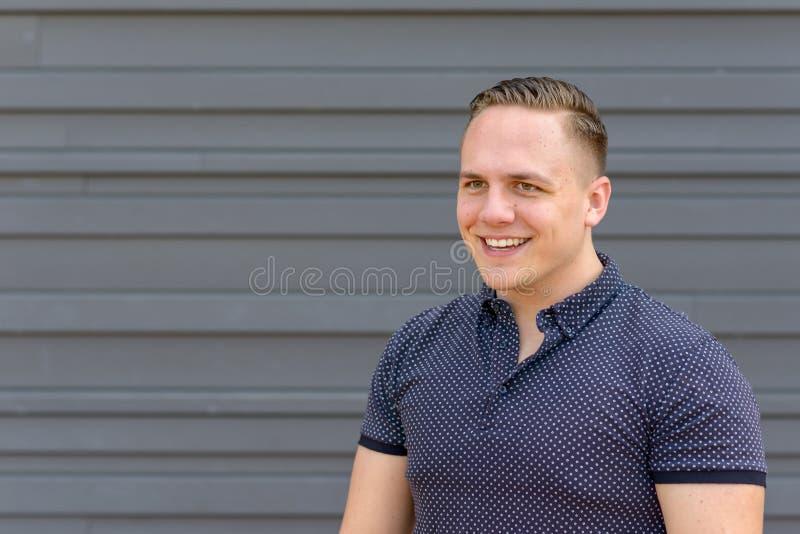 Ευτυχής νεαρός άνδρας με ένα ακτινοβολώντας χαμόγελο στοκ φωτογραφίες με δικαίωμα ελεύθερης χρήσης