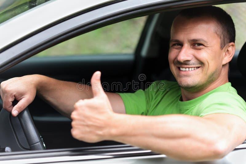 Ευτυχής νεαρός άνδρας με το νέο αυτοκίνητο στοκ εικόνες