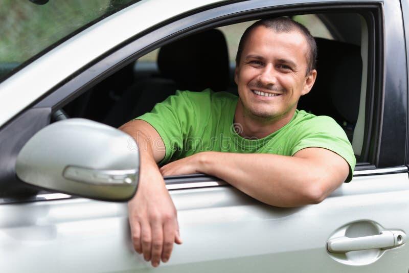Ευτυχής νεαρός άνδρας με το νέο αυτοκίνητο στοκ εικόνα με δικαίωμα ελεύθερης χρήσης