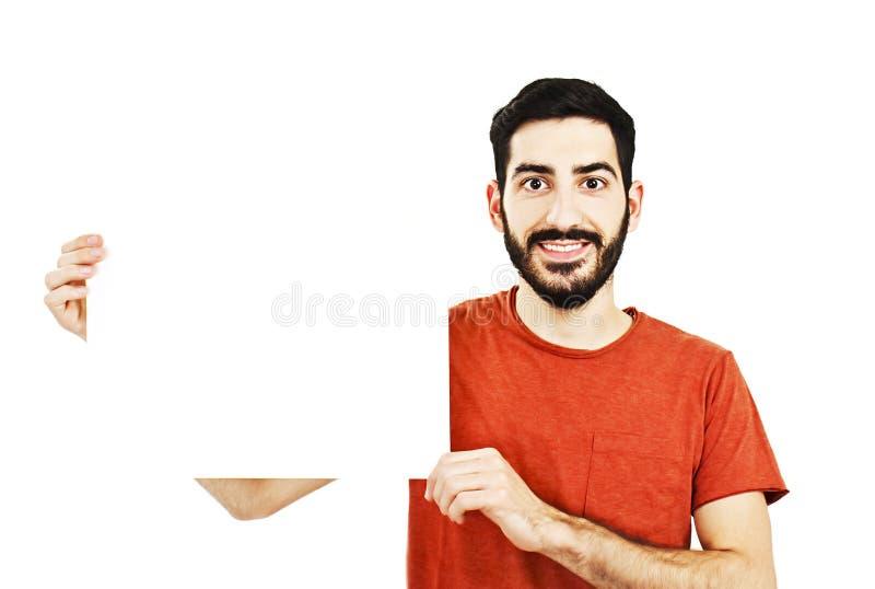 Ευτυχής νεαρός άνδρας που παρουσιάζει και που επιδεικνύει αφίσσα για το κείμενό σας στοκ φωτογραφίες με δικαίωμα ελεύθερης χρήσης