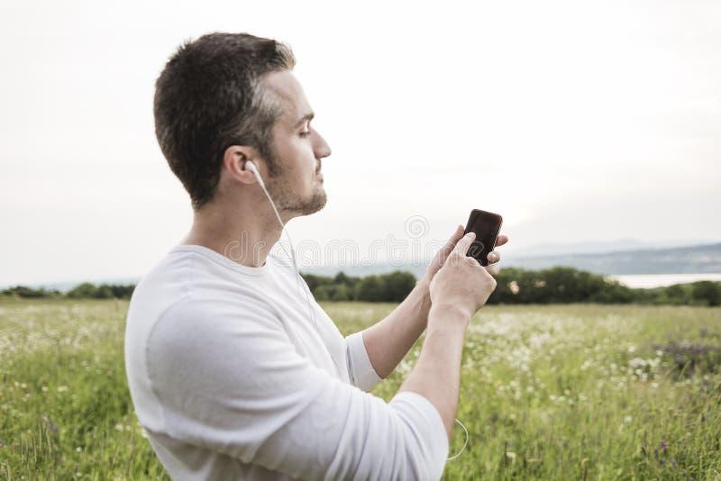 Ευτυχής νεαρός άνδρας σε έναν τομέα στοκ φωτογραφία