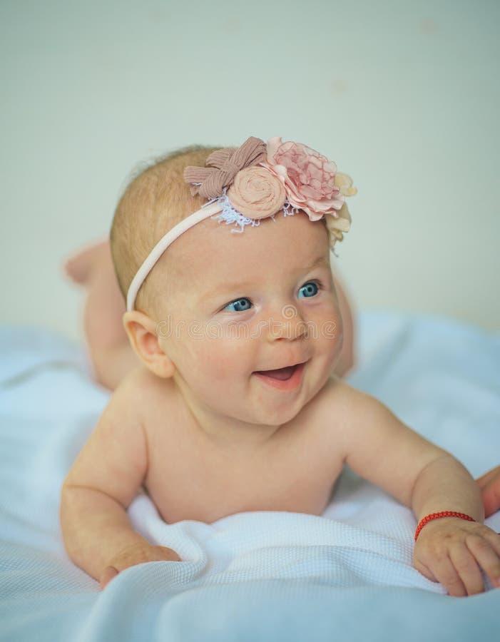 ευτυχής νεογέννητος μωρώ κοριτσάκι νεογέννητο χαριτωμένος ευτυχής η υγεία προσοχής όπλων απομόνωσε τις καθυστερήσεις Ψυχολόγος πα στοκ φωτογραφία με δικαίωμα ελεύθερης χρήσης