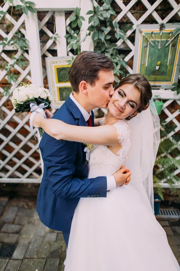 Ευτυχής νεόνυμφος που αγκαλιάζει τη νέα σύζυγό του μετά από τη γαμήλια τελετή τους Κινηματογράφηση σε πρώτο πλάνο στοκ φωτογραφίες με δικαίωμα ελεύθερης χρήσης